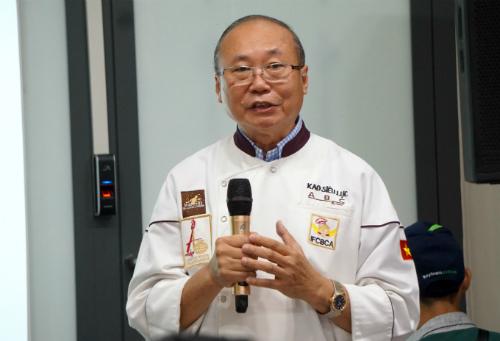 Ông Kao Siêu Lực nóisẽ không chấp nhận giảm giá bánh hay bán với hình thức mua 1 tặng 1 tại Mỹ. Ảnh: Viễn Thông