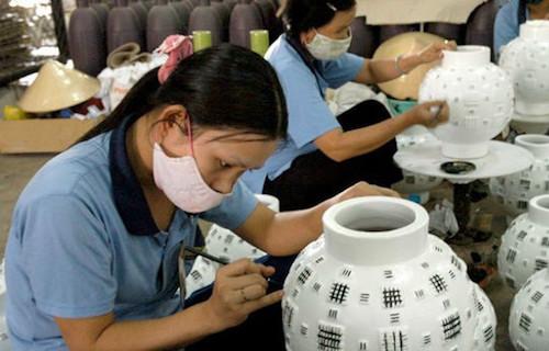 Sản xuất bình gốm ở 1 công ty thủ công mỹ nghệ.