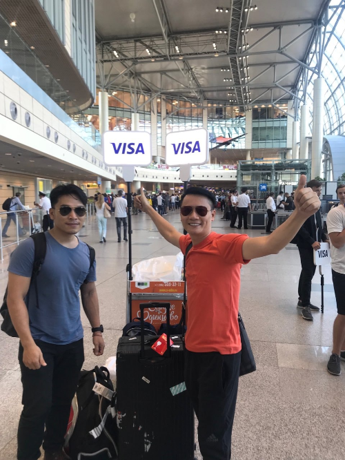 Ít ai biết rằng, mùa giải vừa rồi, ca sĩ Hoàng Bách và phượt thủ Hoàng Lê Giang đã có những trải nghiệm rất riêng ở nước chủ nhà Nga. Vừa đặt chân tới Nga, cả hai người đã được những thành viên trong đoàn của Visa chào đâyn. Thủ tục check-in cũng nhanh gọn nhờ có FanID.