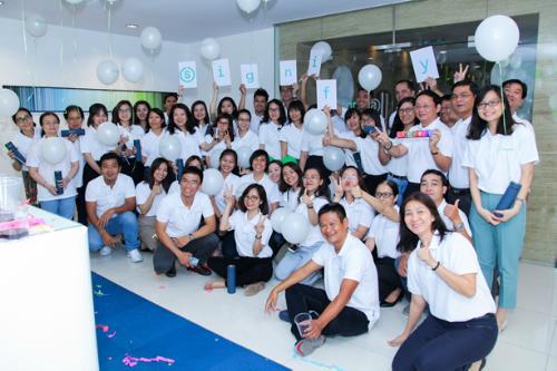 Nhân viên của Signify ở văn phòng TP HCM, Việt Nam chào đấyn tên công ty mới.