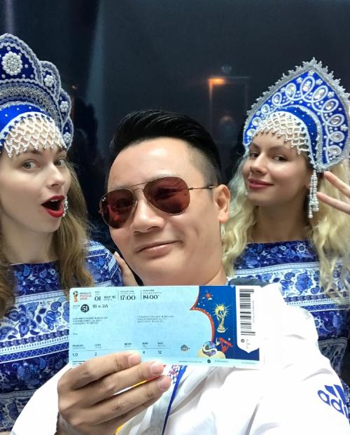 Hoàng Bách check-in ở sân sân vận động Luzhniki cộng những cô gái Nga xinh đẹp, trên tay anh là chiếc vé FIFA World CupTM do Visa trao tặng.