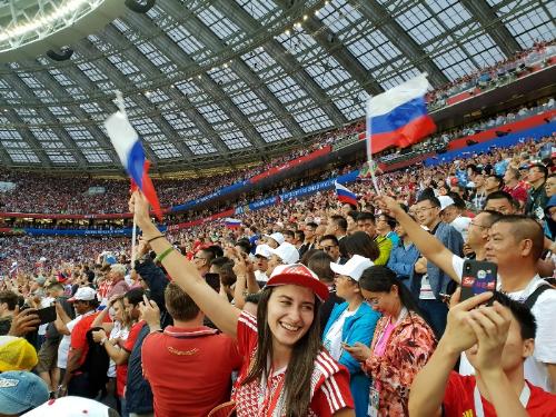 Tôi rất ấn tượng có những lời hô vang Russia của CĐV trên khán đài để tiếp thêm sức mạnh cho những cầu thủ của đội tuyển Nga thi đấu tốt hơn. Ngoài ra, ở những con các con phố của Nga, mọi người đều náo nức ăn mừng có chiến thắng mà Nga đạt được. Một lần nữa cảm ơn Visa đã cho tôi thời cơ đến tận Nga thưởng thức không khí này, phượt thủ Hoàng Lê Giang chia sẻ cảm xúc của mình sau trận đấu giữa Nga và Croatia.
