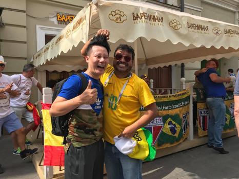 Đây cũng là lần Thứ nhất FIFA World CupTM được tổ chức ở đất nước Nga, khiến nơi đấy trở thành tâm điểm của fan bóng đá đến từ khắp nơi trên địa cầu. Để kỷ niệm sự kiện này, rất nhiều đồ lưu niệm cho mùa FIFA World CupTM đã được sản xuất ở Nga cho những cổ động viên từ những quốc gia trên địa cầu. Hai vị khách cũng tranh thủ rinh về rất nhiều món đồ ý nghĩa và đặc sắc.