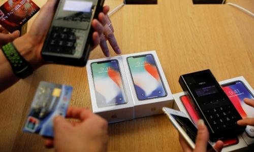 Khách hàng mua iPhone X ở 1 Apple Store ở Bắc Kinh. Ảnh: Reuters