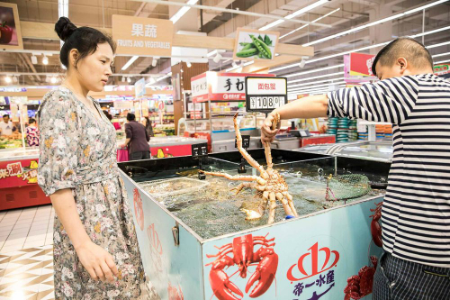 Người tiêu dùng trẻ ở Trung Quốc càng ngày càng mê hải sản. Ảnh: Bloomberg