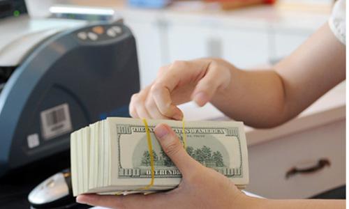 Giao dịch USD ở 1 ngân hàng thương mại. Ảnh: PV.
