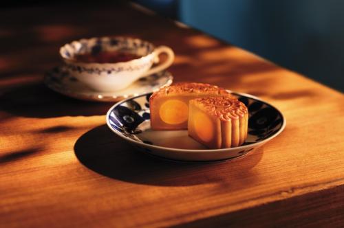 Bánh trung thu hạt sen trắng hai trứng muối là 1 trong một số dòng phân phốih nổi tiếng nhất của Hong Kong MX Mooncakes.