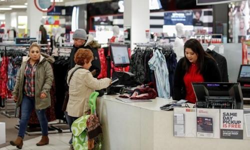 Một khách mua đang chi trả ở 1 trọng điểm thương mại ở Illinois (Mỹ). Ảnh: Reuters