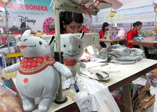 Công nhân đang làm linh vật nhồi bông nội khu nhà máy của Istana Boneka. Ảnh: JP