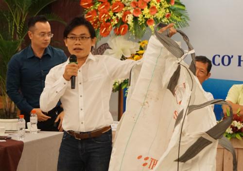 Một đại diện công ty cầm loại bao nhựa đang được liệt vào chất thải cấm nhập khẩu. Ảnh: Viễn Thông
