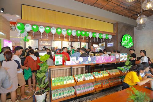 Phúc Long Coffee & Tea lôi kéo 1 số khách hàng trẻ trong lần Thứ nhất xuất giai đoạn này Nha Trang.