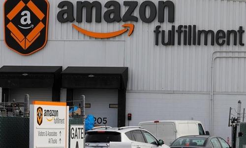 Bên ngoài 1 trọng điểm xử lý đơn hàng của Amazon. Ảnh: Reuters