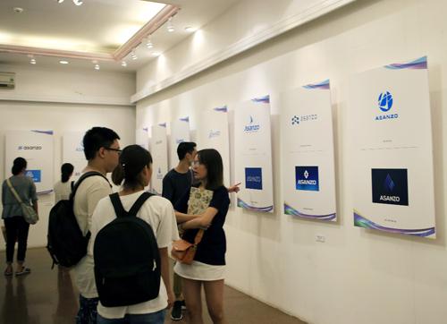 Khán giả tham quan khu trưng bày logo của 100 thí sinh hoàn hảo trước giờ chung kết.
