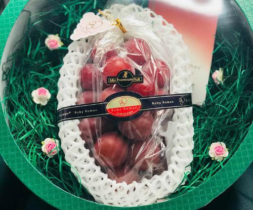 Chùm nho Ruby Roman được phân phối ở Việt Nam có giá 11 triệu đồng.