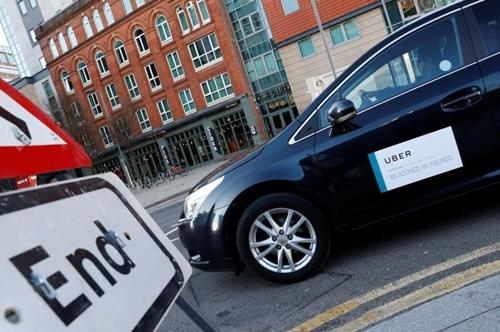 Một xe chạy Uber trên các con phố phố Birmingham (Anh). Ảnh: Reuters