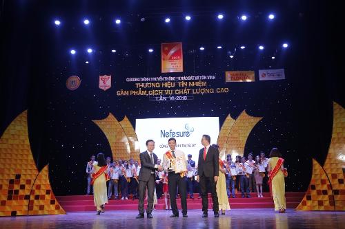 Đại diện thương hiệu Nefesure lên nhận cup và chứng nhận từ chương trình.