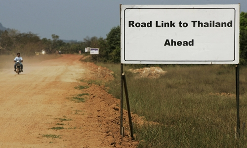 Biển chỉ các con phố đến Thái Lan đặt gần Dawei (Myanmar). Ảnh: Reuters