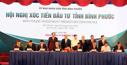 Ông Phan Đình Tuệ - Phó Tổng giám đốc Sacombank (ngồi thứ 3 từ phải qua) ký hợp đồng hợp tác toàn diện có Becamex Bình Phước.