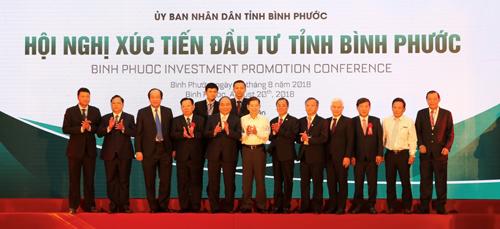Ông Phan Đình Tuệ - Phó Tổng giám đốc Sacombank (thứ 5 từ phải qua) ở Hội nghị xúc tiến đầu tư tỉnh Bình Phước.