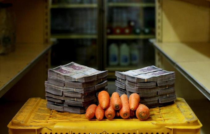 Cả chồng tiền mới mua nổi cuộn giấy vệ sinh ở Venezuela