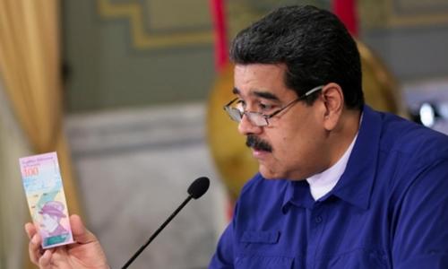 Tổng thống Venezuela - Nicolas Maduro ra mắt tiền mới trong cuộc họp tháng 7. Ảnh: Reuters