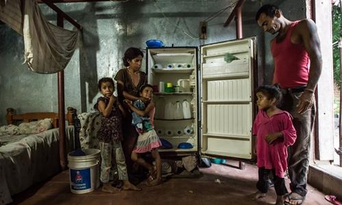 Tủ lạnh chỉ toàn chai nước của 1 gia đình ở Venezuela. Ảnh: NYT