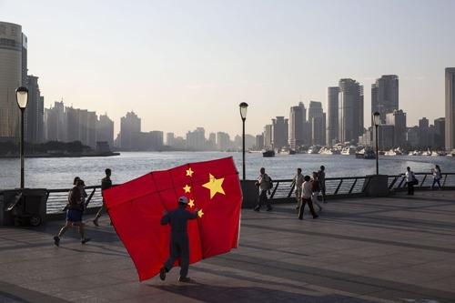Người dân Trung Quốc ở khu Phố Đông (Thượng Hải). Ảnh: Bloomberg