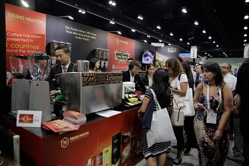 Gian hàng King Coffee lôi kéo sự quan tâm của người tiêu dùng Mỹ.