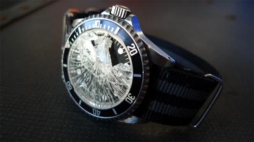 Với chính sách phân phối hàng này, đồng hồ sẽ được thay mặt kính miễn phí khi bị rơi vỡ, va đập