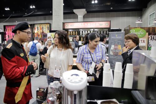 Người tiêu dùng Mỹ trải nghiệm hương vị cà phê sữa đá Việt ở gian hàng King Coffee trong khuôn khổ lễ hội cà phê quốc tế ở Los Angeles.
