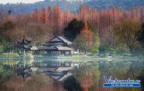 Tham gia tour Trung Quốc dịp cuối năm,i du khách sẽ chiêm ngưỡng sắc thu mị hoặc ở Tây Hồ, Hàng Châu.