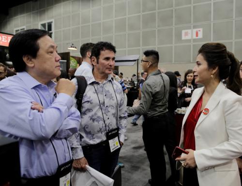 Bà Lê Hoàng Diệp Thảo - Tổng giám đốc Trung Nguyên International (phải) cho biết đang triển khai kế hoạch mở rộng mạng lưới bán King Coffee ở Mỹ và nhiều quốc gia khác.