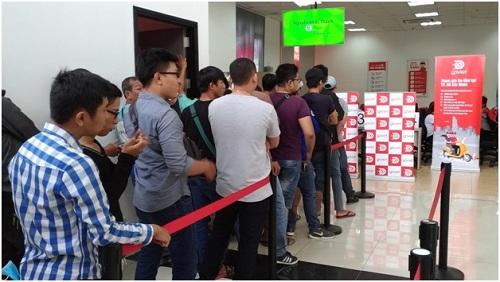 Hàng người dài chờ đăng ký làm đối tác tài xế ở trụ sở Go-Viet.