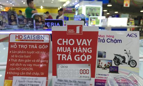 Quảng cáo cho vay trả góp của các công ty tài chính tiêu dùng tại một siêu thị điện máy Hà Nội. Ảnh: TL