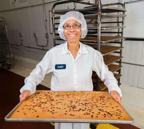 Thợ bánh Jackie ở xưởng Greyston Bakery ở Yonkers, New York.