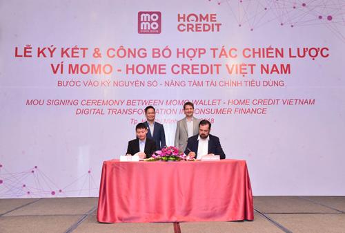 Đại diện Ví Momo và Home Credit Việt Namký kết hợp tác chiến lược.