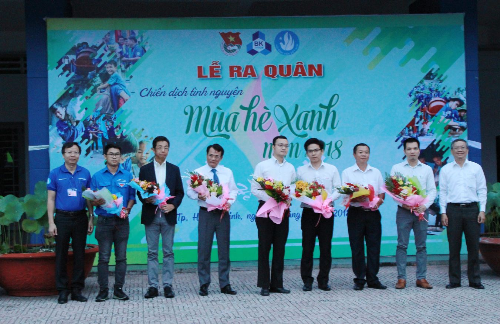 Ông Nguyễn Quang Hưng - Phó giám đốc Công ty Cổ phẩn sản xuất chất liệu 1 sốh âm, 1 sốh nhiệt Cát Tường (thứ hai từ phải qua) nhận hoa cảm ơn từ đại diện Đại học Bách Khoa TP HCM.
