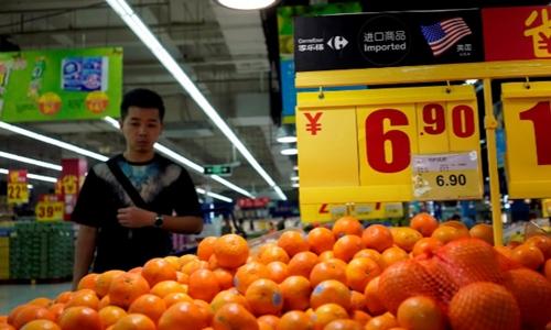 Táo Mỹ bày bántrong một siêu thị ở Thượng Hải. Ảnh: Reuters