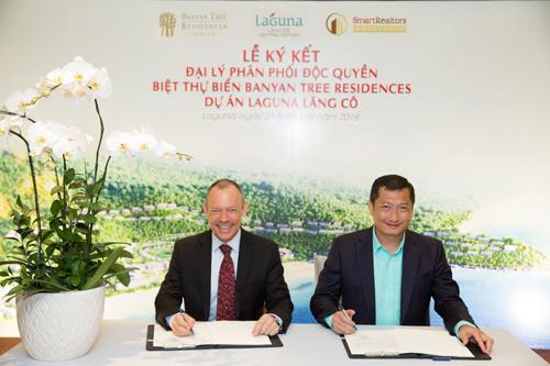 Đại diện lãnh đạo hai doanh nghiệp ký kết hợp đồng đại lý bán độc quyền villa biển Banyan Tree Residences thuộc dự án Laguna Lăng Cô.