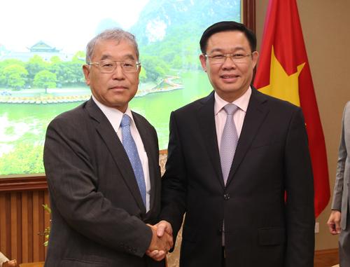Phó thủ tướng Vương Đình Huệ (phải) ở cuộc gặp có Phó chủ tịch Tập đoàn hãng Mitsubishi ngày 29/8. Ảnh: VGP