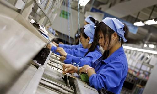 Công nhân lắp ráp trong 1 nhà máy sản xuất hàng điện tử ở Trung Quốc. Ảnh: Reuters