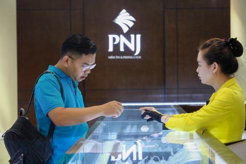 Khách giao dịch vàng ở Công ty PNJ. Ảnh: Thành Nguyễn.