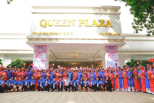100 cặp đôi chụp hình kỷ niệm ở Queen Plaza.