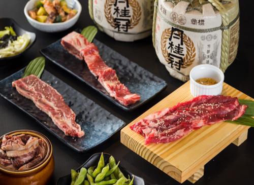 Điểm khác biệt mà thực khách chẳng thể bỏ qua trong chuyến chu du ẩm thực tế xứ sở Phù Tang iSushi là các phần thịt nướng hảo hạng, mềm ngọt, thơm bơ đặc trưng, được phủ một số phần sốt thấm vị đầy quyến rũ như sốt Teriyaki, sốt Soyu và sốt iSushi... Với nhiều món ăn phong phú, iSushi sẽ là vị trí quen thuộc của các thực khách yêu ẩm thực và văn hóa Nhật Bản.