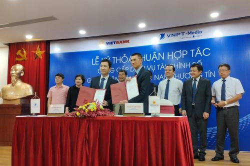 Ông Dương Thành Long - Tổng giám đốc Tổng doanh nghiệp VNPT-Media và ông Nguyễn Thanh Nhung - Tổng giám đốc Vietbank ký kết hợp tác.
