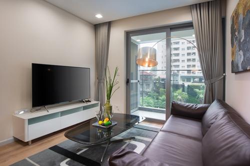 Phòng khách có ô kính rộng lấy ánh sáng môi trường xung quanh.