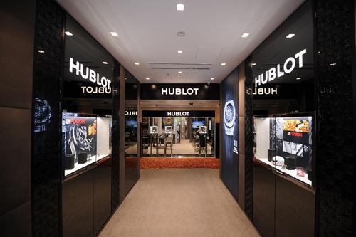 Boutique mới ứng dụng phong cách kiến trúc bên trong xe mới của Hublot có tông màu xám trầm tân tiến và các bề mặt kim loại đã đi vào hoạt động tối giản. Mang tinh thần trẻ trung và năng động, cửa hàng còn trưng bày 1 số tranh nghệ thuật phong cách Pop Art - đại diện cho triết lý Art of Fusion mà Hublot đang theo đuổi.