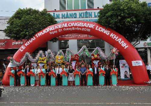 Nghi thức cắt băng khánh thành trong lễ khai trương phòng mua bán Long Khánh.