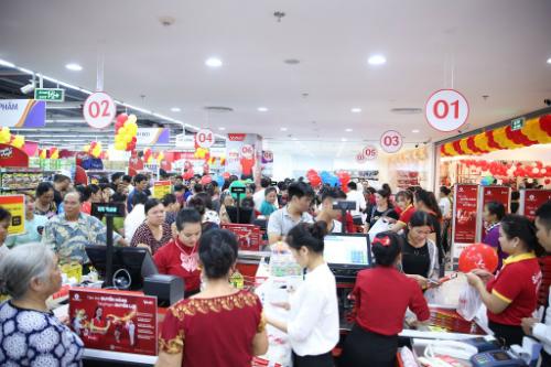 Nhiều làm việc phân phối hàng giảm giá, ưu đãi, một số chương trình khuyến mại lôi kéo sự tham dự của người dân ở trọng điểm thương mại Vincom Lạng Sơn. Ảnh: Vincom