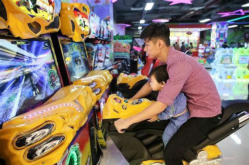Đông đảo thanh thiếu niên và một số gia đình trẻ có thể tận hưởng một số tiện ích trong công trình vui chơi, mua sắm, ăn uống, vui chơi ở hai trọng điểm thương mại Vincom ở Bắc Ninh, Lạng Sơn. Ảnh: Vincom